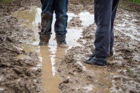 stuck in mud boots gångväg lera markskydd